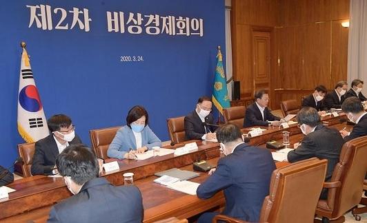 문재인(뒷줄 가운데) 대통령이 24일 청와대에서 코로나19 관련 2차 비상경제회의를 주재하고 있다. /연합뉴스