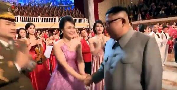 김정은 북한 국무위원장이 지난 1월 25일 설맞이 기념공연 직후 무대에서 출연한 여배우와 악수를 나누고 있다. 조선중앙TV