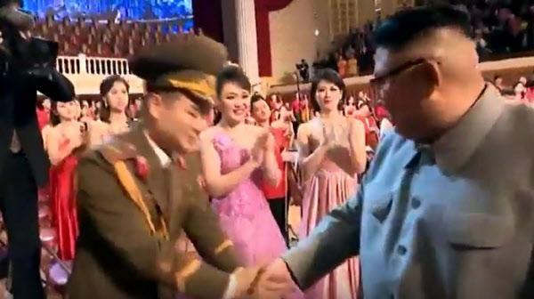 김정은 북한 국무위원장이 지난 1월 25일 설맞이 기념공연 직후 무대에서 출연한 여배우와 악수를 나눈 뒤 다른 남자 배우와 악수하면서 고개를 돌려 직전에 악수 했던 여배우를 쳐다보고 있다. 조선중앙TV
