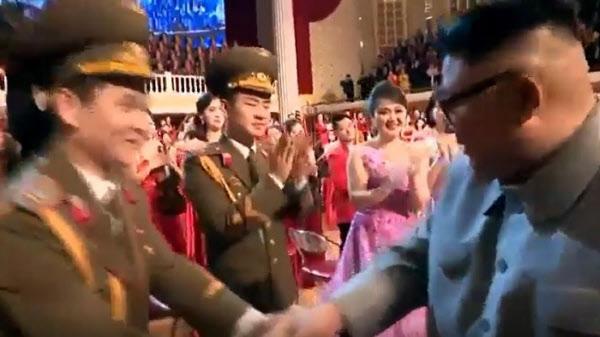 김정은 북한 국무위원장이 지난 1월 25일 설맞이 기념공연 직후 무대에서 출연한 여배우와 악수를 나눈 뒤 고개를 돌려 직전에 악수 했던 여배우를 두번째로 쳐다보고 있다. 조선중앙TV