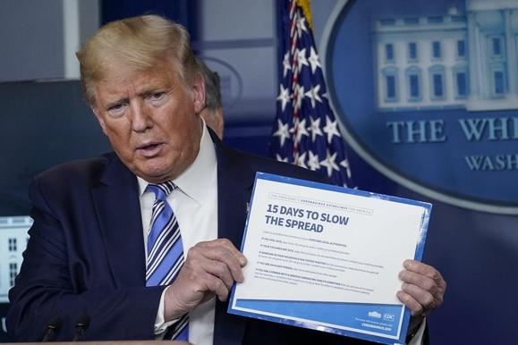 미국 신종 코로나 사망자 수가 900명을 넘어선 가운데 도널드 트럼프 미국 대통령이 24일 오후 대책 브리핑을 하고 있다. /AP연합뉴스