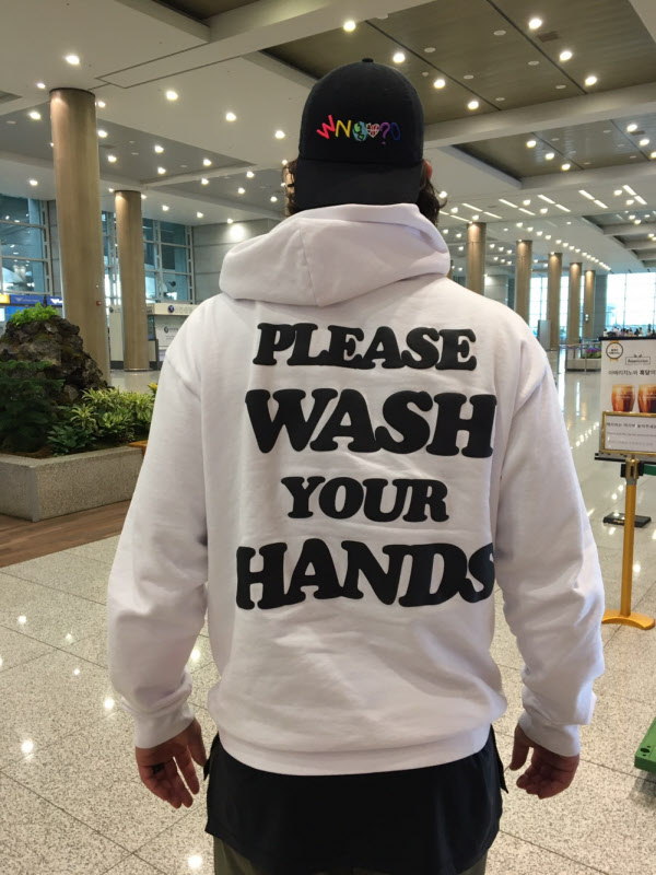 인천공항을 통해 입국한 켈리. 'Please wash your hands'라 쓰인 후드티를 입었다. / LG 제공