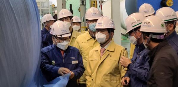 정세균 국무총리가 지난 3일 마스크 부직포 생산업체인 도레이첨단소재 공장을 방문한 모습/도레이첨단소재
