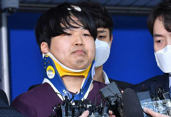 25일 오전 서울 종로경찰서, 성(性)착취 범죄를 저지른 '박사방' 조주빈(25)이 검찰에 송치되기 전 취재진 앞에 서 있다. /오종찬 기자
