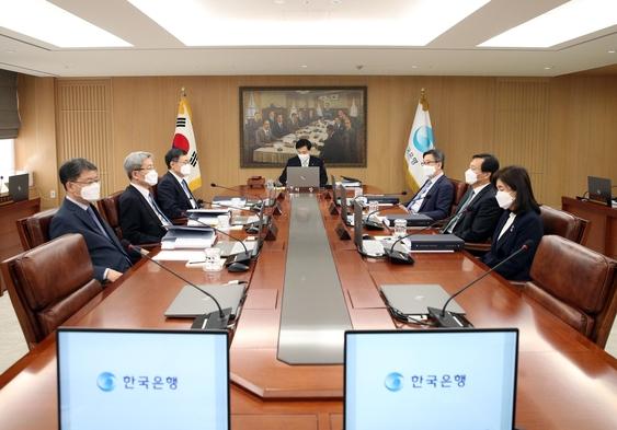 이주열(가운데) 한국은행 총재와 금융통화위원들이 지난달 27일 서울 중구 한은 본관에서 열린 금통위 회의에 참석했다./한은 제공