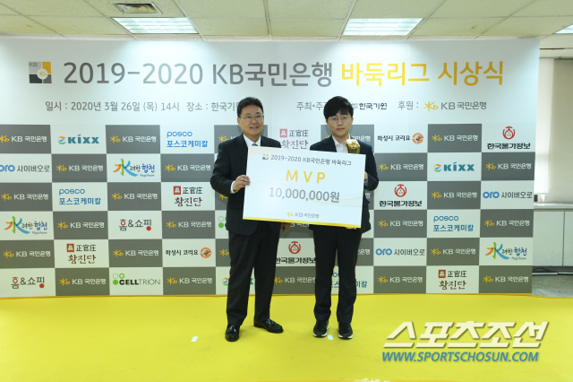 ◇KB바둑리그에서 첫 MVP에 선정된 신민준 9단(오른쪽). 사진제공=한국기원