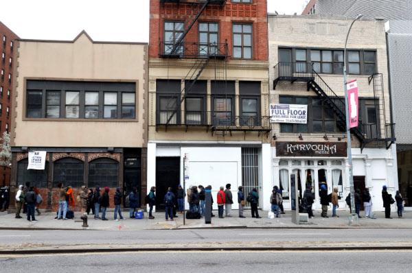 미국 실업자가 사상 최대치를 기록한 가운데 뉴욕 맨해튼 무료 급식소 앞에 줄 서 있는 사람들. /로이터 연합뉴스