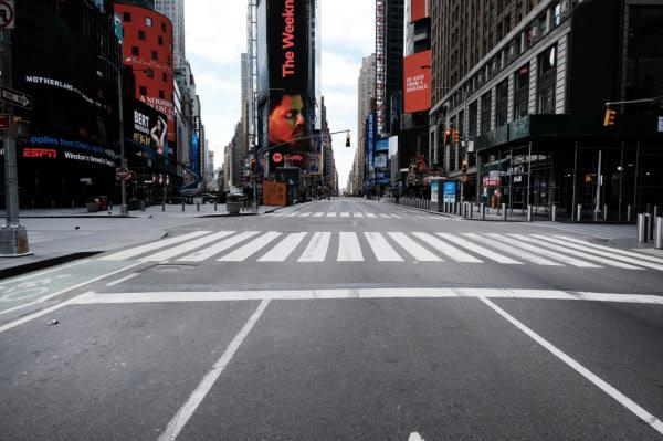 한때 발 디딜틈 없던 뉴욕 타임스스퀘어가 22일 텅 비어 있는 모습. 극장, 식당, 공연장 등이 코로나 바이러스 확산을 위해 문을 닫으면서 미국 실업자는 사상 최대 수준으로 늘어나고 있다. /AFP 연합뉴스