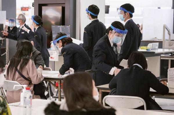지난 21일 일본 도쿄 인근 지바현 나리타 국제공항에서 일본 검역 당국 직원들이 마스크와 방역 장비 등을 착용하고 입국 검사를 실시하고 있다./AP 연합뉴스