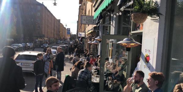 시민들이 코로나 확산 속에서도 평소처럼 모여서 따듯한 봄날 기온을 즐기는 스톡홀름의 노천 카페 거리/트위터