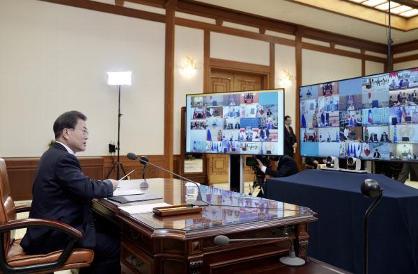 문재인 대통령이 26일 청와대 본관 집무실에서 G20 특별화상정상회의를 하고 있다./청와대 제공