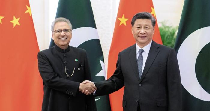 시진핑(오른쪽) 중국 국가주석이 지난 17일 베이징 인민대회당에서 아리프 알비 파키스탄 대통령과 정상회담에 앞서 악수를 하고 있다.