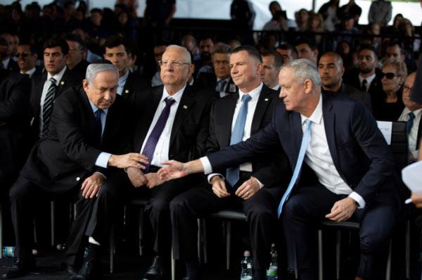 베나민 네타냐후(앞줄 맨 왼쪽) 총리와 베니 간츠(맨 오른쪽) 청백당 대표가 지난해 11월 예루살렘에서 열린 행사에서 악수를 하고 있다./로이터 연합뉴스