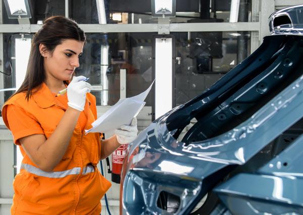 현대차 터키 이즈밋 공장에서 근로자가 제품 품질을 확인하고 있는 모습/현대차