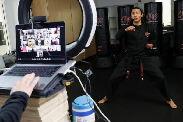 미국 캘리포니아의 무술 강사 루카스 델라 크루즈가 '줌'으로 온라인 강의를 하고 있다. /로이터 연합뉴스