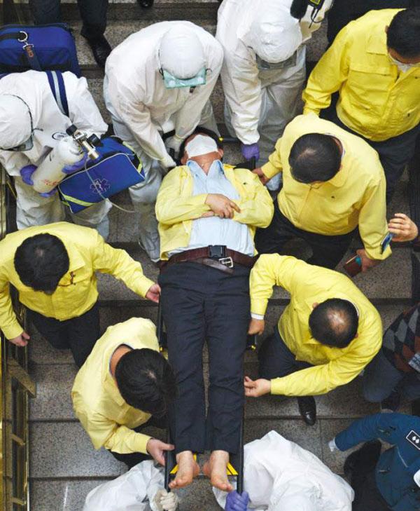 지난 26일 오후 대구시의회 임시회에서 퇴장하다 쓰러져 대구시청으로 옮겨진 권영진 대구시장이 들것에 실려가고 있다./뉴시스