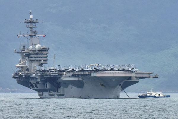 미 항공모함 시어도어 루스벨트호가 지난 5일 베트남 다낭에 입항하고 있다./로이터 연합뉴스