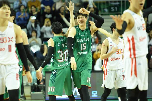 DB 두경민(30번)과 김종규(15번)가 지난 1월 15일 SK와 경기에서 승리를 거둔 뒤 기뻐하는 모습. /KBL