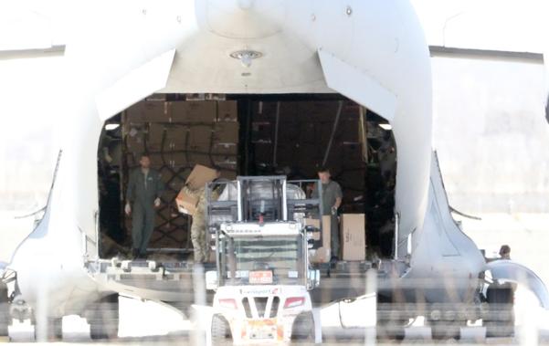 지난 27일 오후 인천공항에서 관계자들이 북대서양조약기구(나토·NATO)의 C-17 글로브마스터 수송기에 루마니아로 향할 한국산 방호복과 코로나19 진단키트를 싣고 있다./연합뉴스