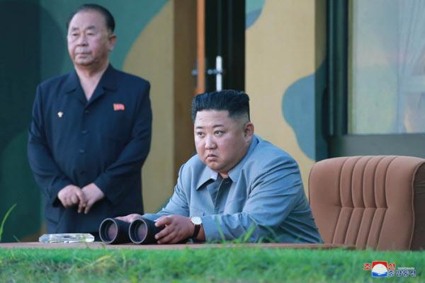 김정은 북한 국무위원장이 지난해 7월 25일 단거리 탄도미사일 발사를 참관하는 모습. /조선일보 DB
