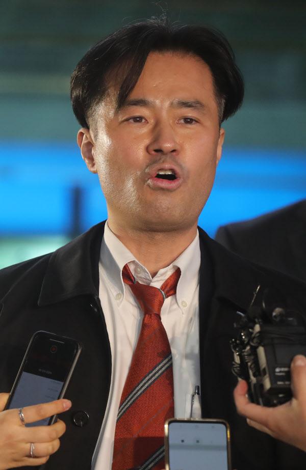 지난 26일 서울서부지법에 출석한 프리랜서 기자 김웅 /장련성 기자
