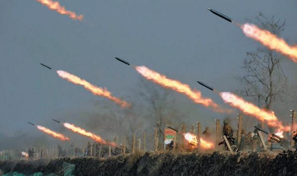 북한군 서부전선 부대들의 포사격 경기가 벌어진 지난 20일 서해안 일대에서 방사포(다연장로켓) 포탄들이 불을 뿜으며 날아가고 있다. /조선중앙TV 연합뉴스