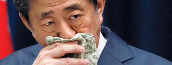 """/로이터 연합뉴스  아베 신조(安倍晋三) 일본 총리가 지난 28일 열린 기자회견에서 코로나 바이러스 감염증 확산 상황에 대해 설명하며 손수건으로 코를 닦고 있다. 아베 총리는 """"일부 국가에서는 연일 수백 명 규모로 사망자 수가 증가하며 의료 붕괴라고 부를 만한 사태도 발생하고 있는데 이는 결코 강 건너 불이 아니다""""라고 말했다."""