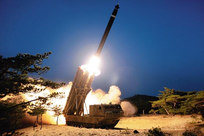 북한 노동신문이 30일 게재한 6연장 방사포 시험 사격 사진. 북한은 이 방사포를 '초대형 방사포'라고 표현했지만, 군 당국은 작년 8월 공개했던 '대구경 조종 방사포'와 유사한 형태로 보고 있다.
