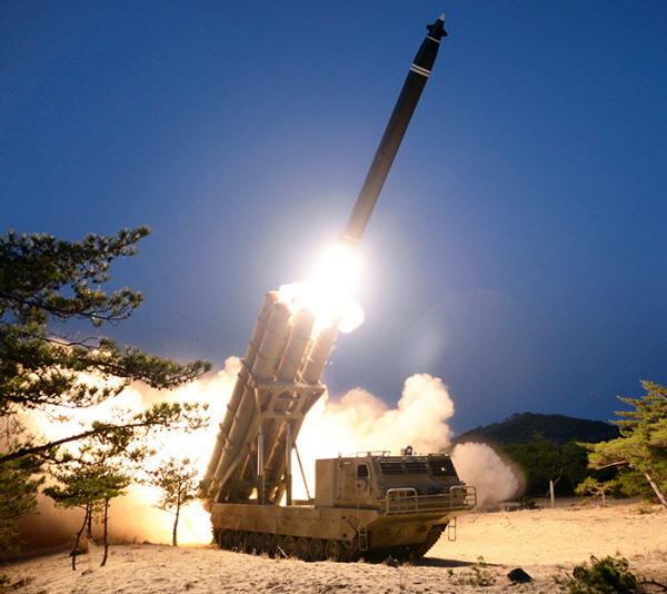 북한 관영매체들이 초대형 방사포 시험사격을 진행했다며 지난 30일 공개한 사진./조선중앙통신 연합뉴스