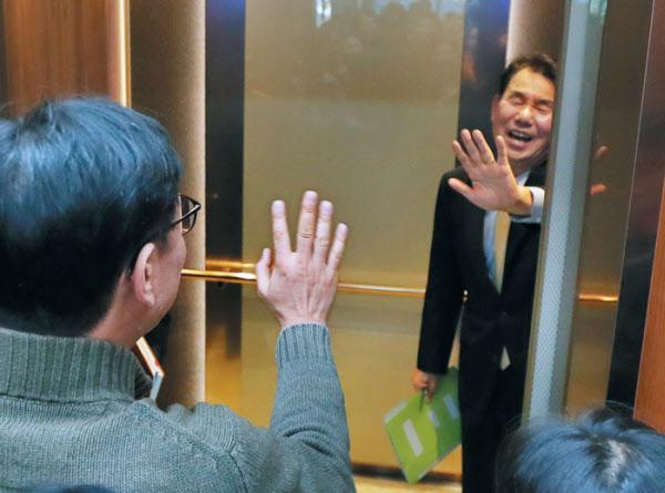정은보 외교부 한·미 방위비분담협상 대사가 지난해 12월 19일 오후 외교부 청사에서 브리핑을 마친 뒤에도 취재진의 질문이 이어지자 손사래를 치며 엘리베이터를 타고 있는 모습. /연합뉴스