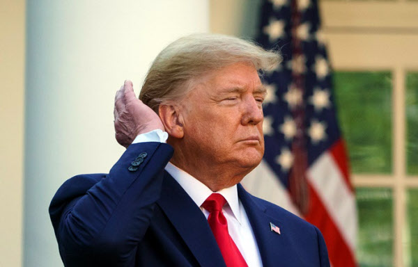 도널드 트럼프 미국 대통령이 3월 30일(현지 시각) 워싱턴 DC 백악관 로즈가든에서 코로나 관련 브리핑을 하면서 자신의 머리카락을 뒤로 넘기고 있다. /AFP 연합뉴스