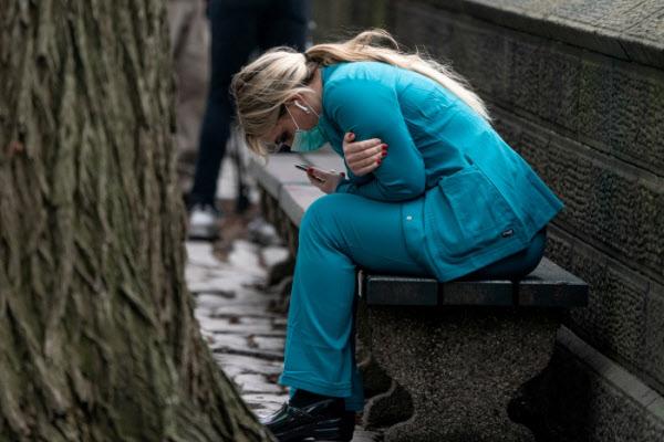 30일(현지 시각) 코로나 바이러스 환자 치료를 위해 야전병원이 세워진 미국 뉴욕 센트럴파크 근처에서 한 의료진이 앉아 있다. /로이터 연합뉴스