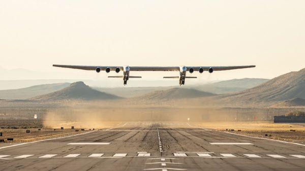 지상 최대의 항공기 스트라토론치가 지난해 4월 13일 모하비 우주시험장에서 첫 시험비행을 위해 이륙하고 있다./스트라토론치 시스템