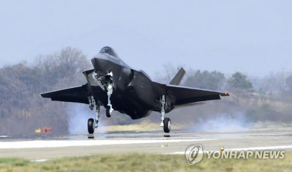 지난해 청주기지에 도착하는 미 록히드마틴사제 F-35 스텔스기. 청주기지에는 총 40대의 F-35가 배치될 예정이다./연합뉴스