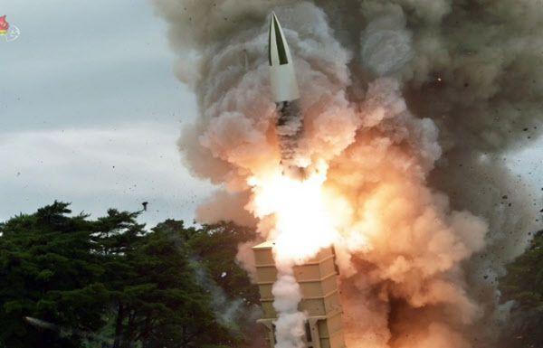 지난해와 올해 여러차례 시험발사된 북한판 에이태킴스 미사일. 집속탄(자탄)을 장착해 우리 공군기지에 위협적인 것으로 평가된다./조선중앙TV