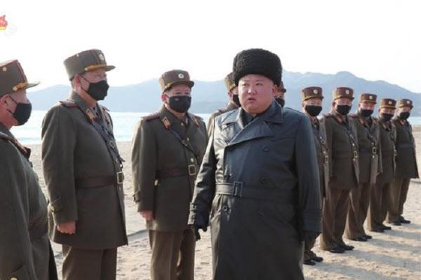 김정은 북한 국무위원장이 지난달 12일 포병부대들의 포사격대항경기를 지도한 가운데 북한군 지휘관들이 마스크를 착용하고 있다. 조선중앙TV