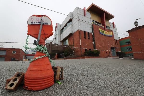 경남 창원시 성산구의 폐업한 공장 앞에 '경매 진행중' 현수막이 걸려있다. /김동환 기자