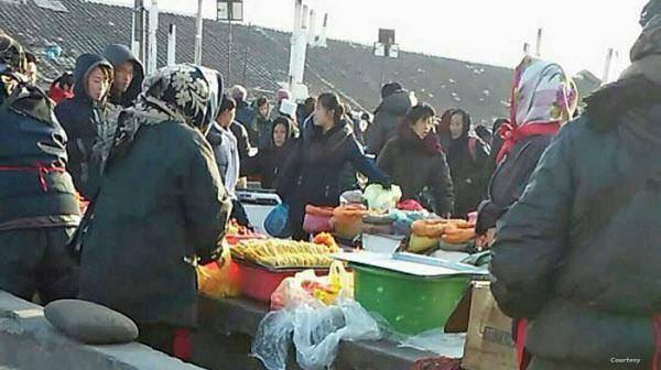 지난 2017년 함경북도 청진의 한 시장 모습. VOA