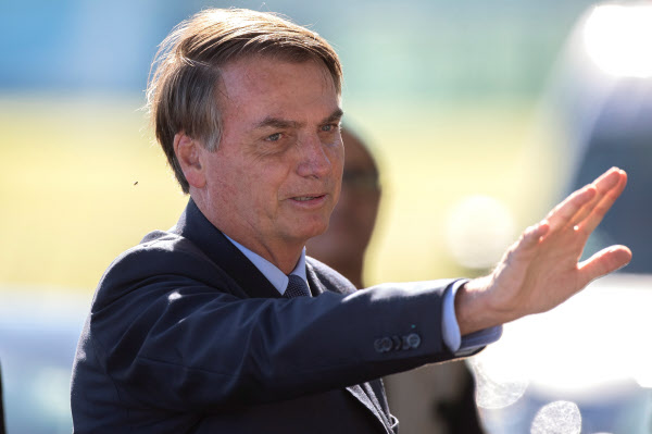 보우소나루 브라질 대통령이 1일 수도 브라질리아의 대통령궁을 떠나면서 지지자들에게 손을 흔들고 있다./연합 EPA