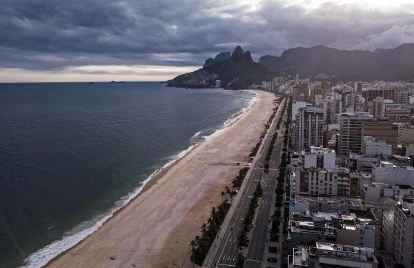 1일 텅빈 리우데자네이루의 이빠네마 해변의 항공 사진/연합 AFP