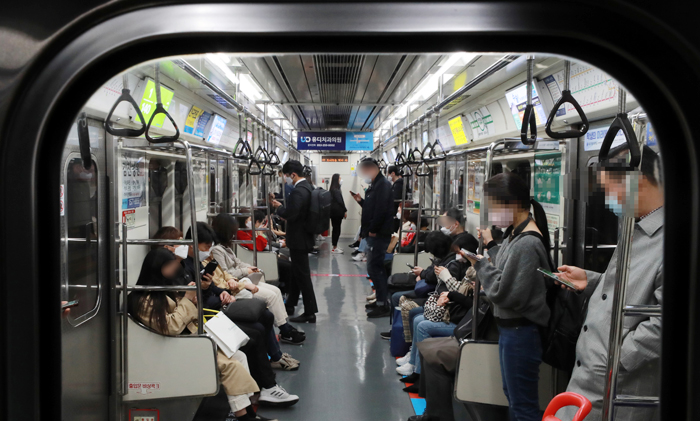 7일 오전 대구지하철 1호선에 마스크를 착용한 승객들이 앉아있다. 대구에서 첫 확진자가 발생한 지 50일째인 7일 대구의 신규 확진자는 13명을 기록했다. 한때 확진자 700명을 넘어섰던 최악의 시기를 지나 서서히 코로나 터널의 끝이 보인다는 얘기가 나온다.