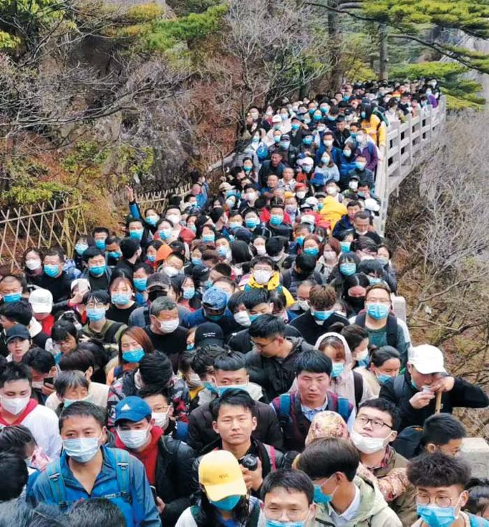 전세계에 다 퍼트려 놓고… 다시 북적이는 중국 - 지난 5일 중국 안후이성의 유명 관광지 황산(黃山)에 인파가 몰렸다. 황산 관리소가 코로나 확산을 의식해 하루 2만명으로 입장객을 제한했지만, 이날 새벽 4시부터 사람들이 줄을 섰다고 중국 관영 매체들은 전했다.
