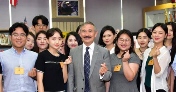 해리 해리스(가운데) 주한미국대사가 한국 학생들과 함께 손가락으로 '하트' 모양을 만들어 보이고 있다. /해리 해리스 대사 트위터
