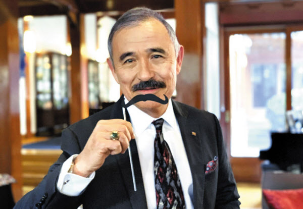 해리스 주한 미 대사가 지난 1월 관저 행사에서 '막대기 콧수염'을 들고 있는 모습. /트위터