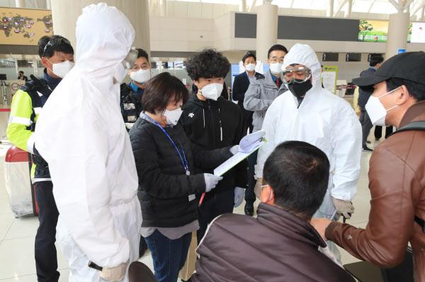 무단 이탈한 코로나 자가격리자를 재격리하는 모의 훈련이 9일 제주국제공항에서 열리고 있다. /연합뉴스