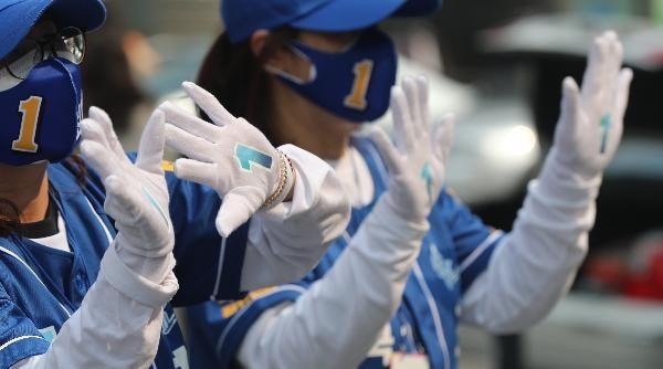 더불어민주당 선거운동원들이'1번'이 적힌 파란 모자와 장갑을 끼고 있다/ 조선일보
