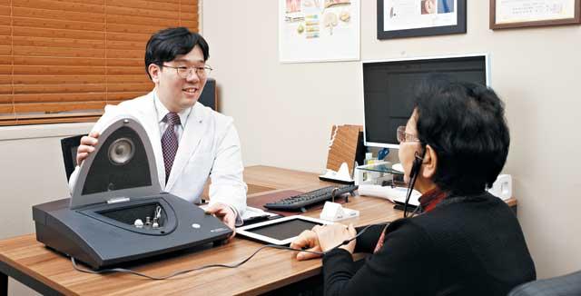 원종규(왼쪽) 히어링허브 분당점 청각사가 청력이 좋지 않은 고객을 대상으로 보청기 검사를 진행하고 있다. 히어링허브는 VSE(가상 음향 환경) 시스템 등을 활용해 정교한 보청기 피팅을 제공한다.