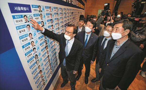 15일 오후 서울 송파구 올림픽체조경기장에 마련된 개표소에서 개표 사무원들이 개표를 하고 있다. /박상훈 기자