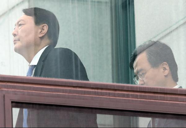 선거 압승으로 여권의 윤석열 검찰총장 때리기는 더 심해질 것으로 전망된다