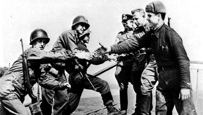 1945년 4월 미군(왼쪽)과 소련군이 독일 동부 토르가우에서 처음 만나 반갑게 악수하며 인사를 나누고 있다. 2차 대전 중 미 언론은 동맹인 소련군의 활동을 영웅적으로 묘사했으나, 종전 이후 냉전이 이어지면서 당시 소련군에 대한 인식은 비우호적으로 바뀐다.